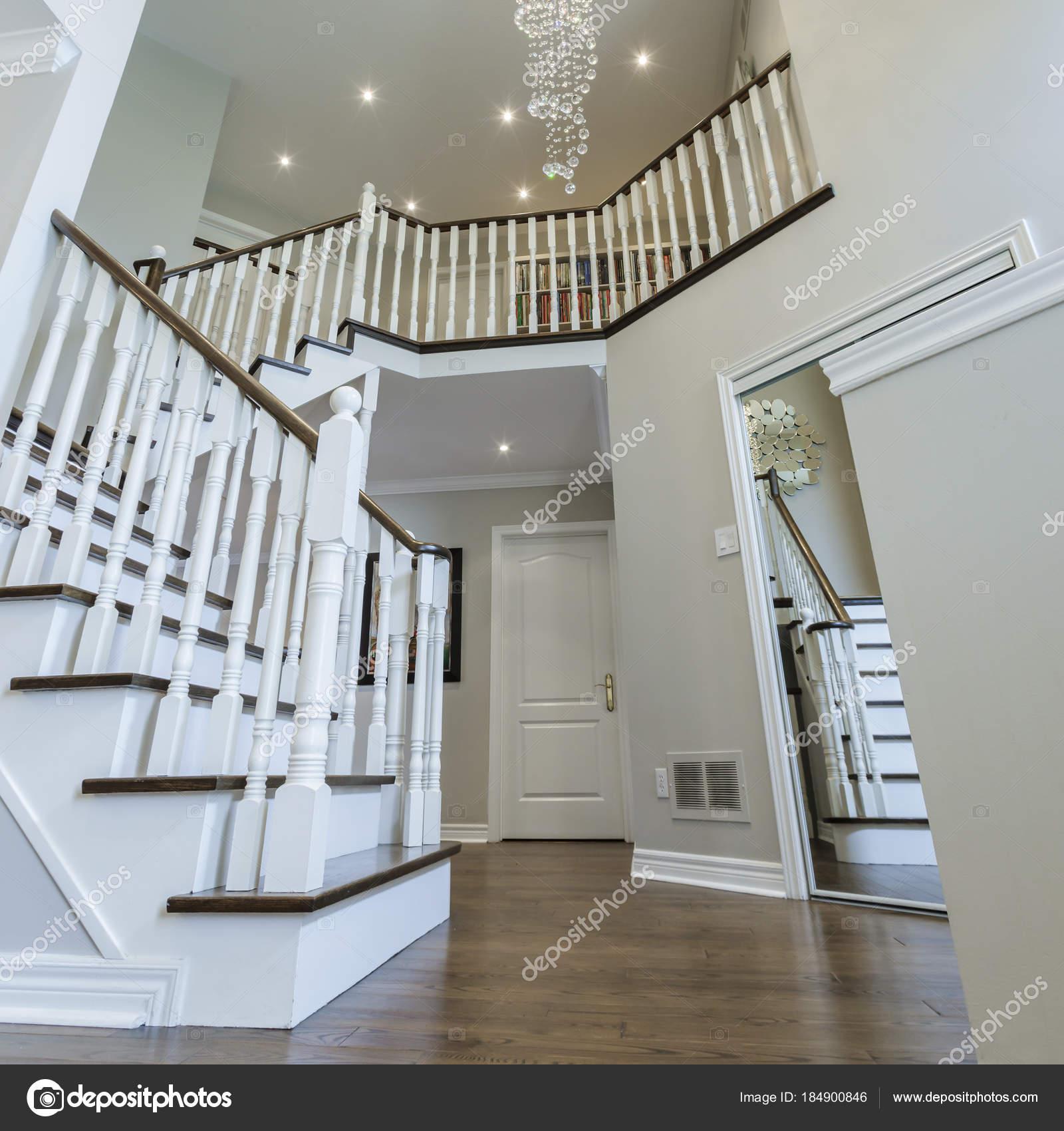 Escaliers bois décoration intérieure — Photographie sergey02 ...