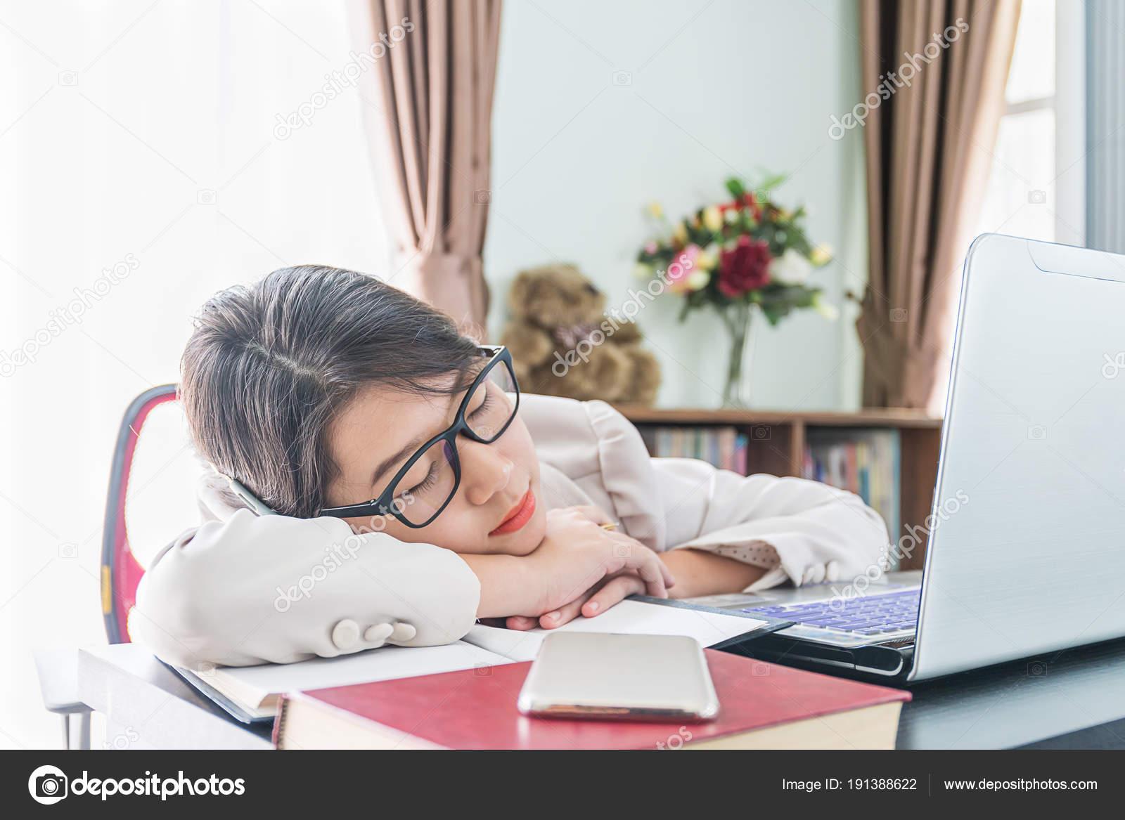 Verführerisch Schreibtisch Teenager Dekoration Von Teenager-mädchen Kurze Haare Schlaf Auf Nach Der