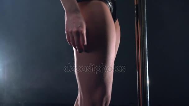 Zobrazit na svíjející tělo tanečnice, detail