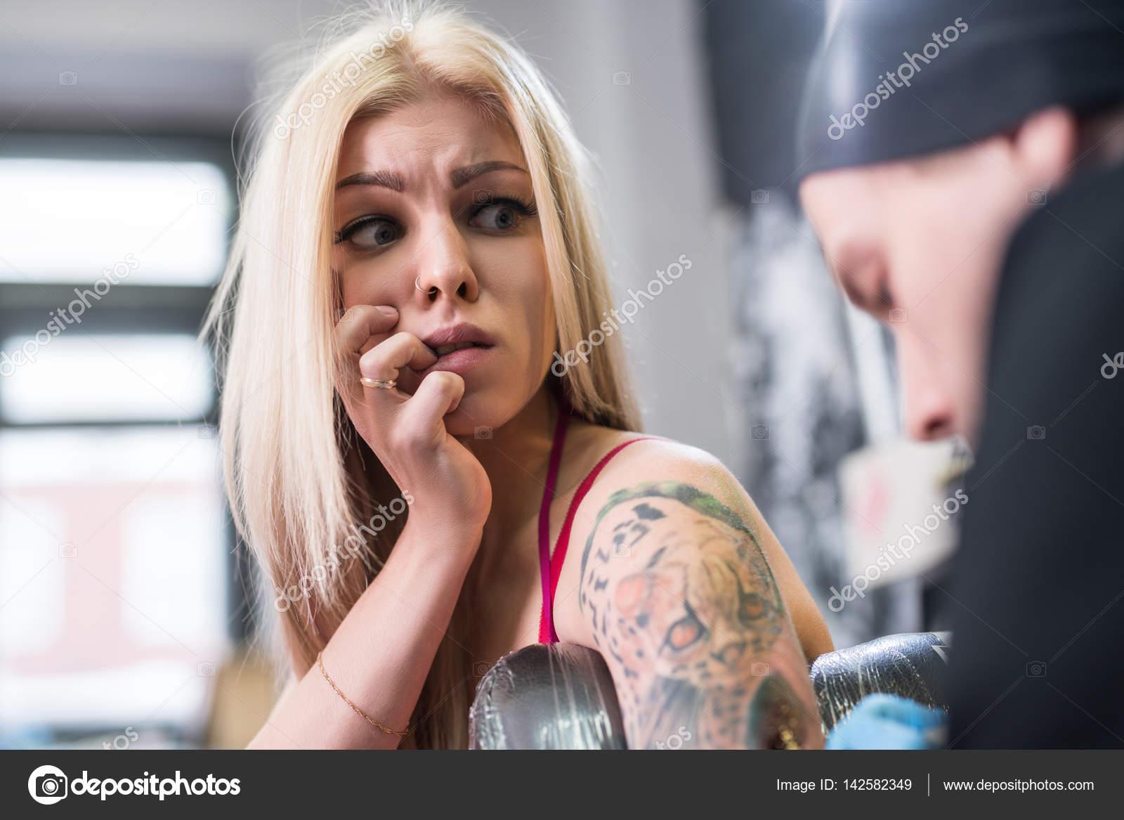 Сексуальная блондинка на работе фото 324-1000
