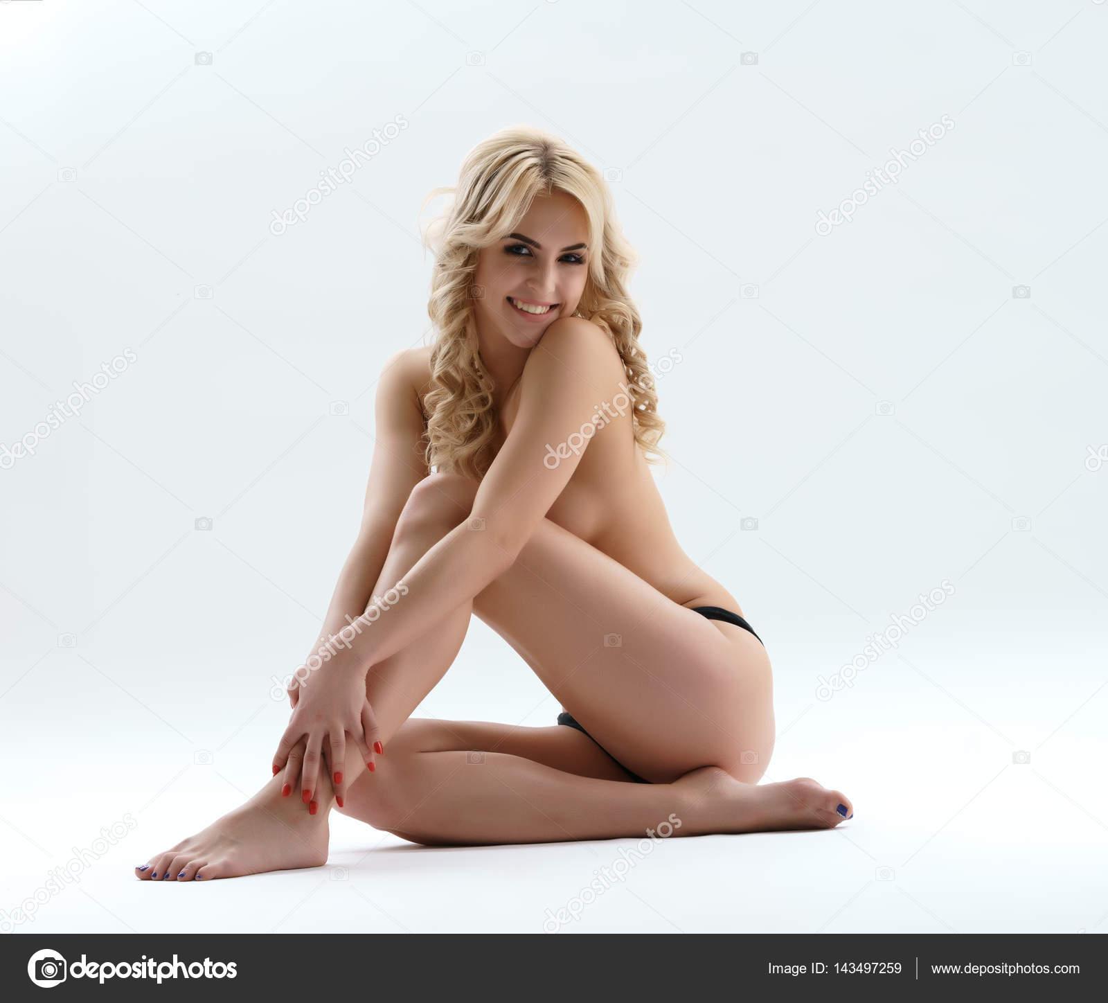 erotika-foto-kucheryavaya-blondinka-golaya-kachestvennaya-erotika-video