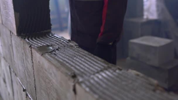 Dělník, budování zdi oxidem uhličitým betonových bloků