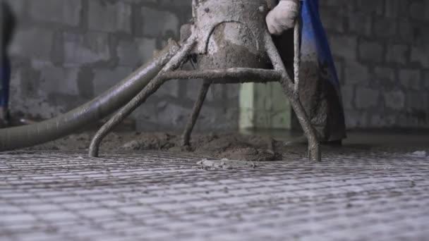 Dělník, že cementový potěr na podlahové pohledu