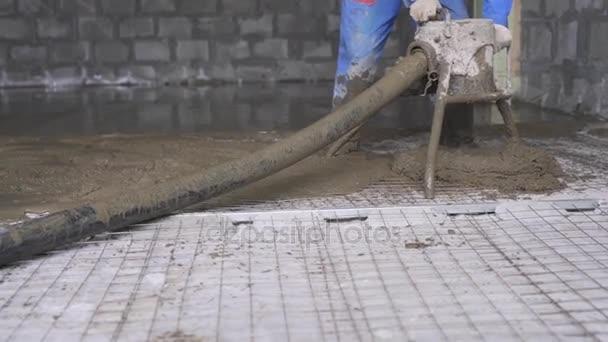 Munkavállaló így cement esztrich, a padlón meg
