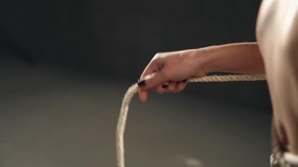 Shibari Kunst weibliches Modell mit einem Seil video spielen