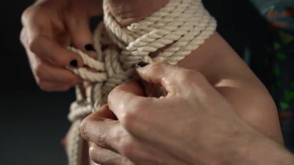 Shibari-Meister bindet Seil um den Hals von Mädchen -Video