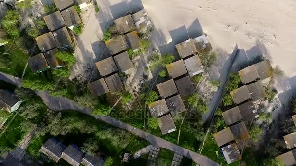 pláž s domy na pobřeží