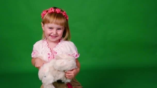 Usměvavá holčička s Plyšový králík