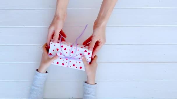 Dívčí ruce drží krásný dárek box