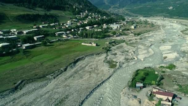 Letecký pohled na řeku a vesnice Mestia s Svanetské věže