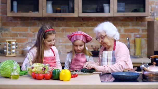 Dvě sestřičky s babička společné vaření