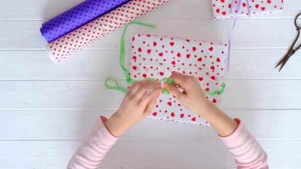 Malá holčička zabalení dárků pro svátky