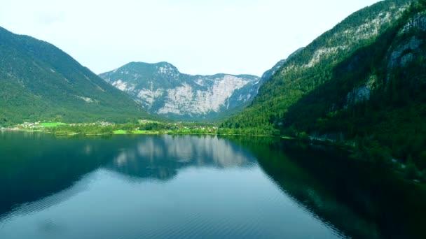 Letecký pohled na rakouské jezero s blažené horské krajiny