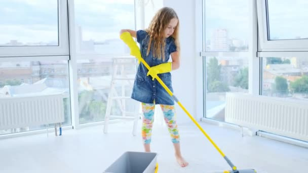 Mädchen wischt Boden in Wohnung