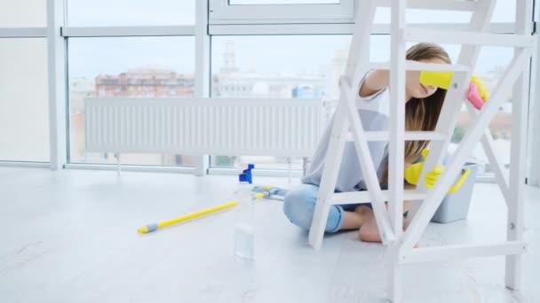 Dívka otírá nábytek doma