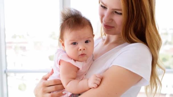 Dítě držené milující matkou