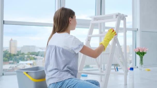 Dívka úklid žebřík