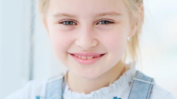Sladká holčička se tiše usmívá
