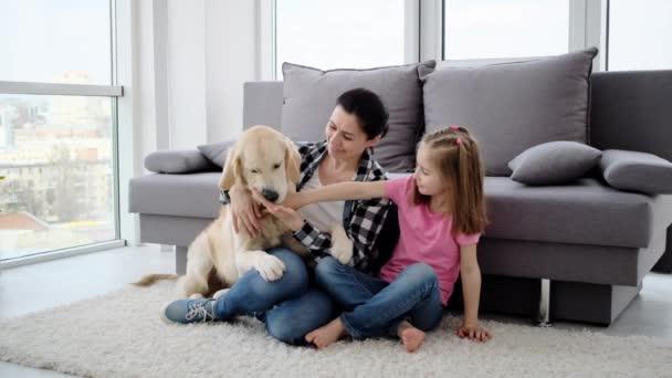 Mutter und Tochter mit Hund