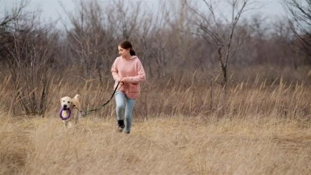Verspielter Hund läuft mit Mädchen ins Freie