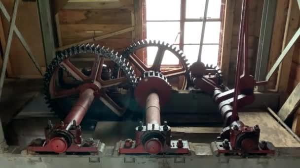 Pracovní mechanický vnitřní pohyb vodního kola včetně ozubených kol a prutů.