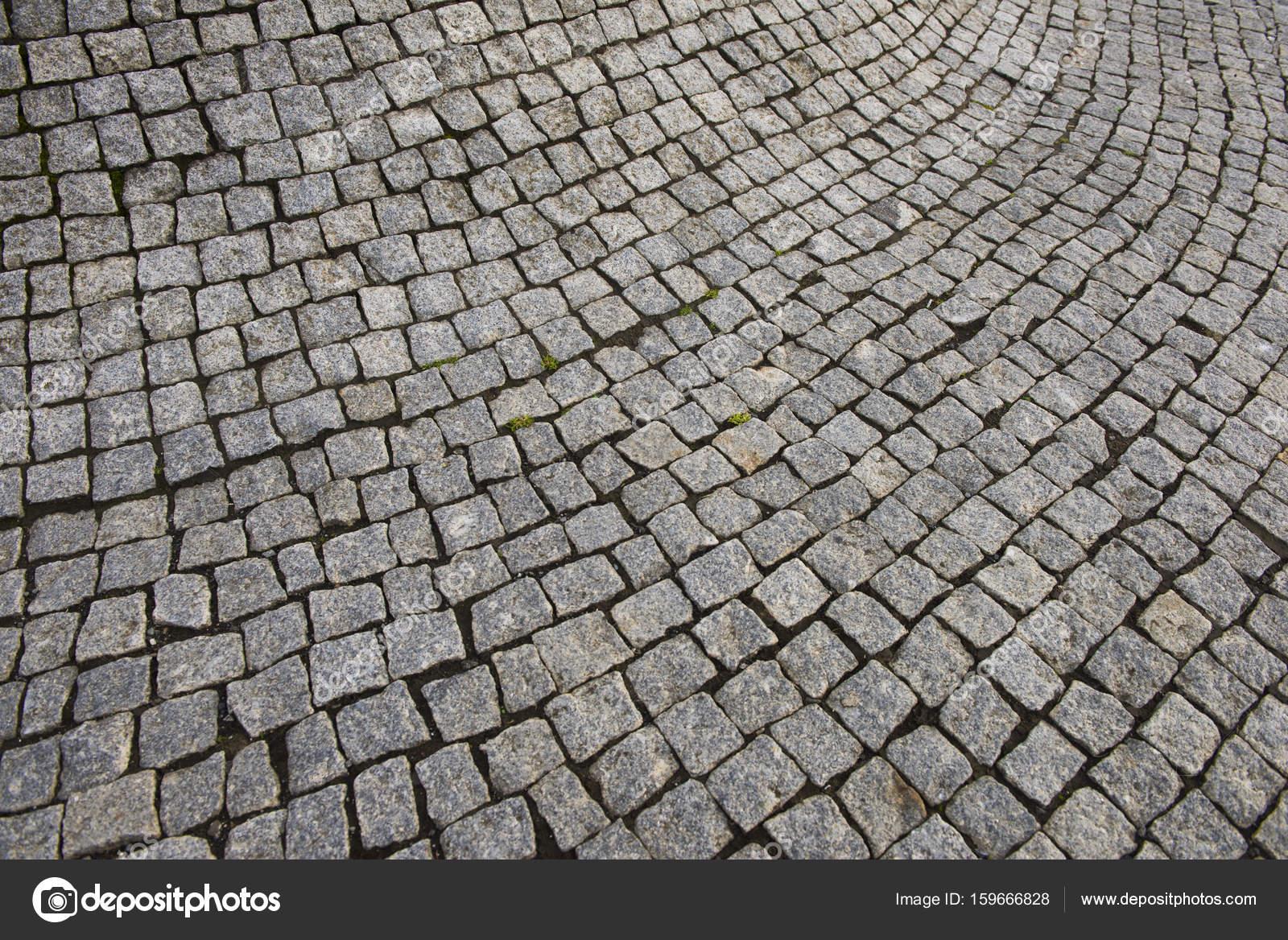 Cement tegels gebogen naar buiten in een verdikking u stockfoto