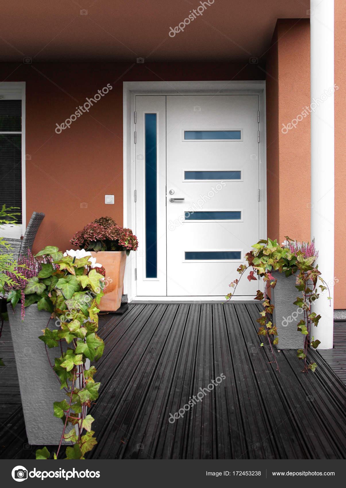 Entrée Moderne Maison tout maison en pierre moderne porte d'entrée blanche — photographie
