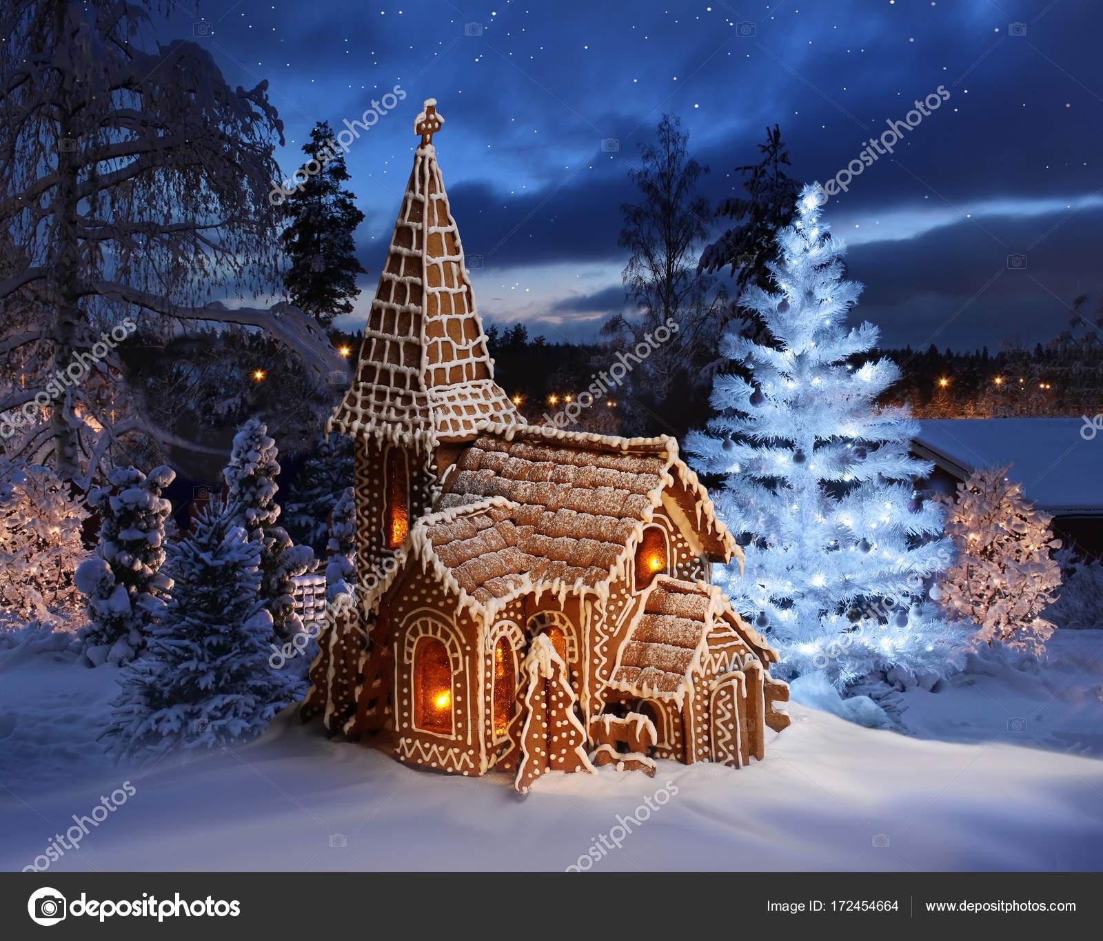Peperkoek kerk met verlichte kerstboom — Stockfoto © anterovium ...