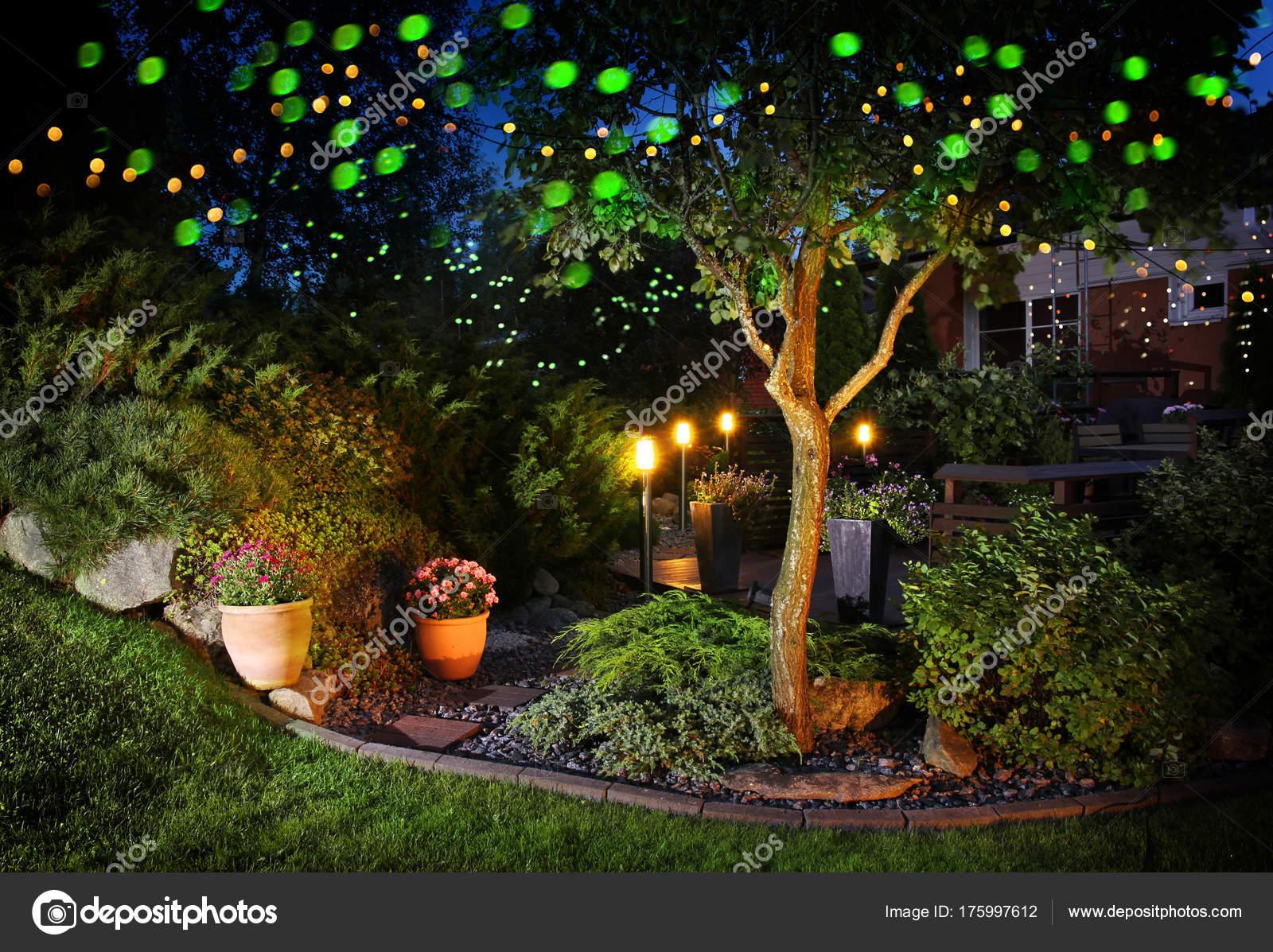 home garten festliche beleuchtung lichter — stockfoto © anterovium