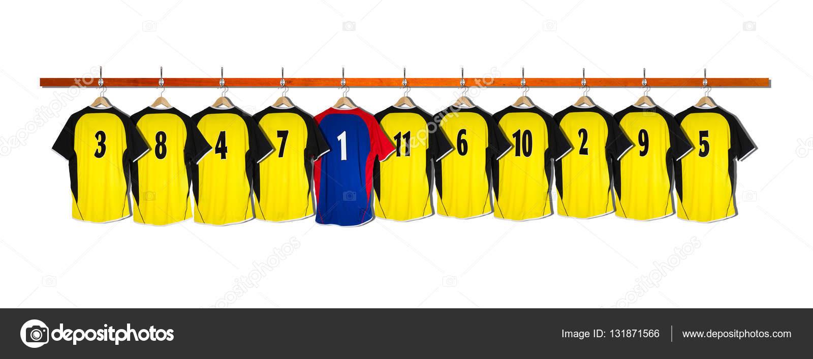 224a896cd0a7 Κίτρινες και μαύρες μπλούζες ποδοσφαίρου κρέμονται ενάντια σε λευκό φόντο —  Εικόνα από owen owensmithphotography.com