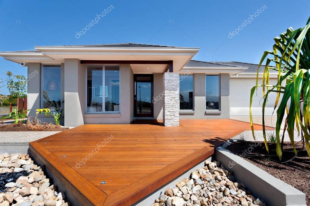 Cortile di legno con le grandi rocce intorno a un palazzo for Piani sud ovest della casa con cortile