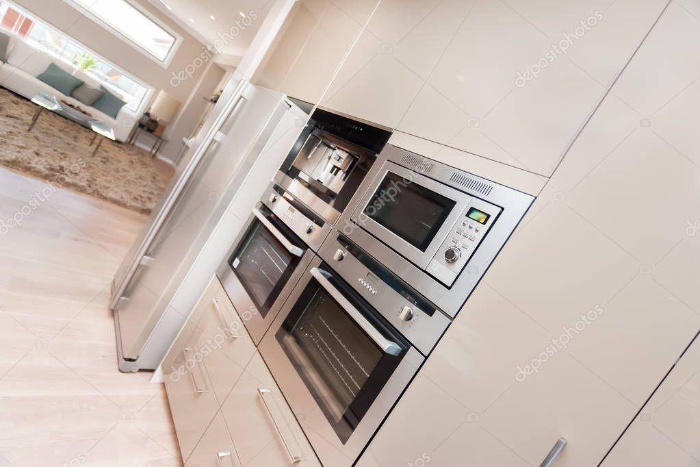 forno moderno e fissata al muro con dispensa armadio frigorifero