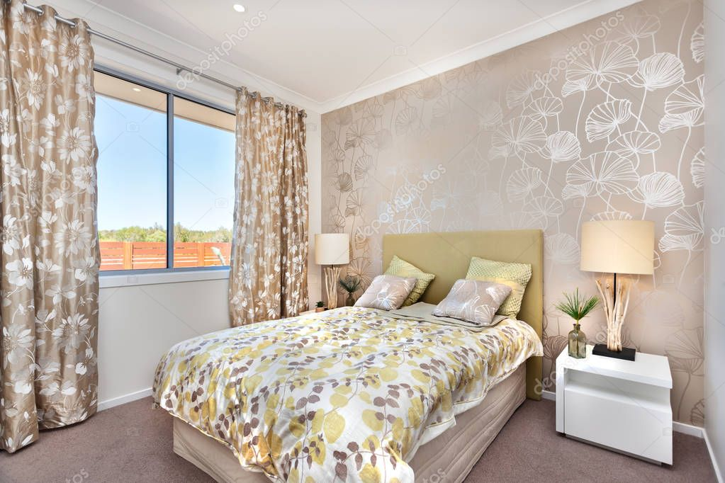 Camera Da Letto Moderna Marrone : Moderna camera da letto con un letto matrimoniale e una tenda di