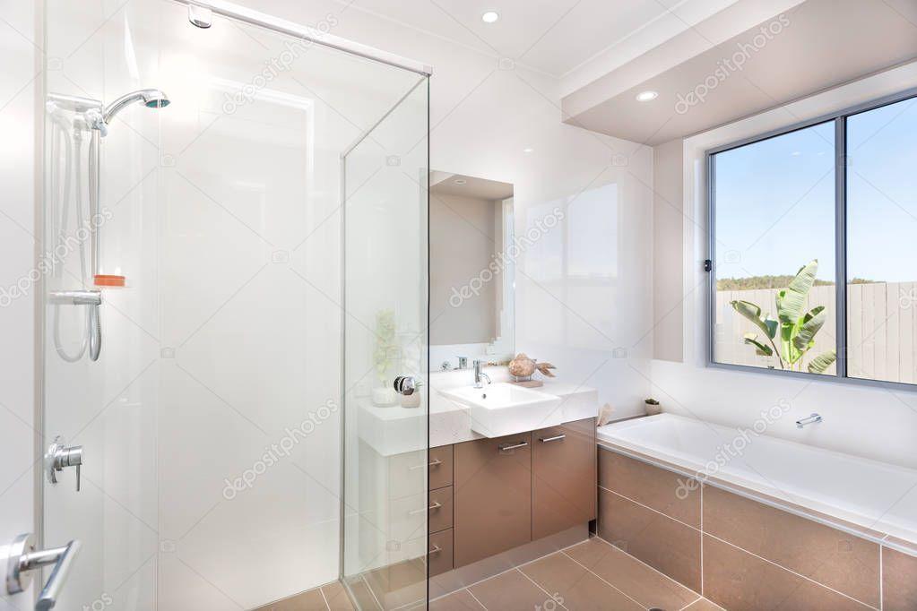 Moderne badkamer met een kraan water bad en een donker bruine