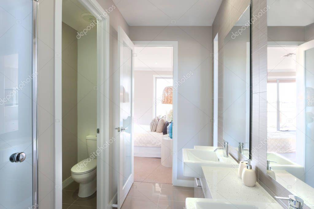 Weergave van een moderne badkamer met toilet en manier om de ...