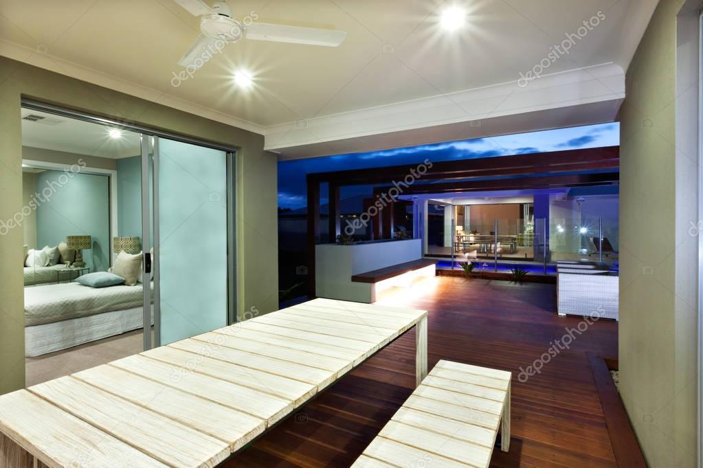 Interieur verlichting van een modern huis met patio ruimte s