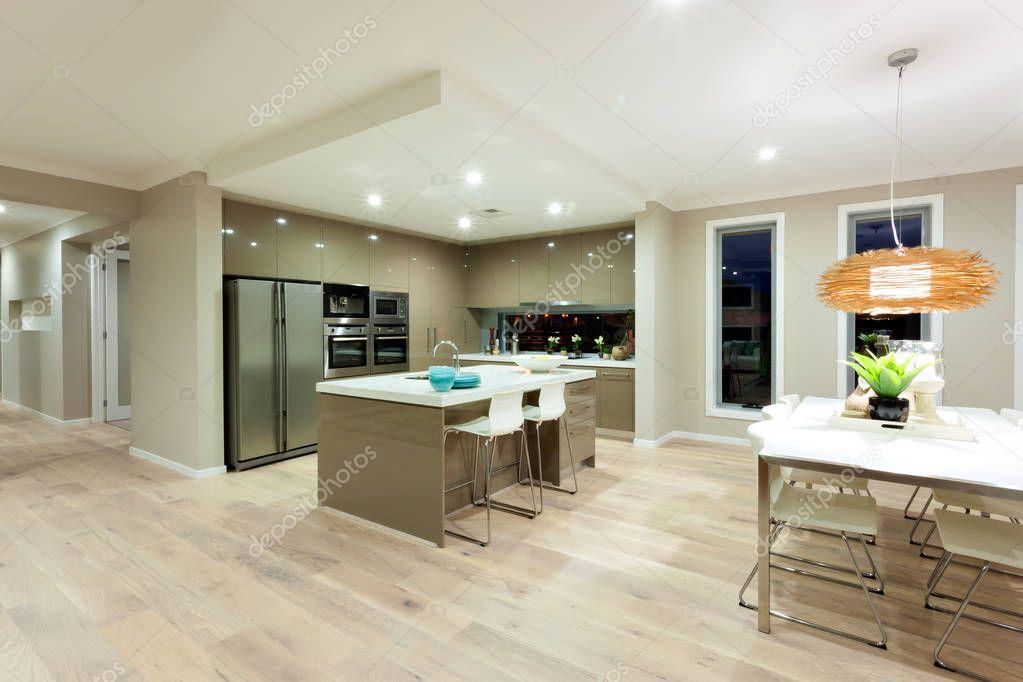 Moderna cucina e sala da pranzo vista all\'interno di zona di una ...
