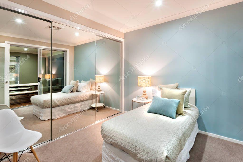 Piccola camera da letto con cuscini sulle luci e un letto singolo ...