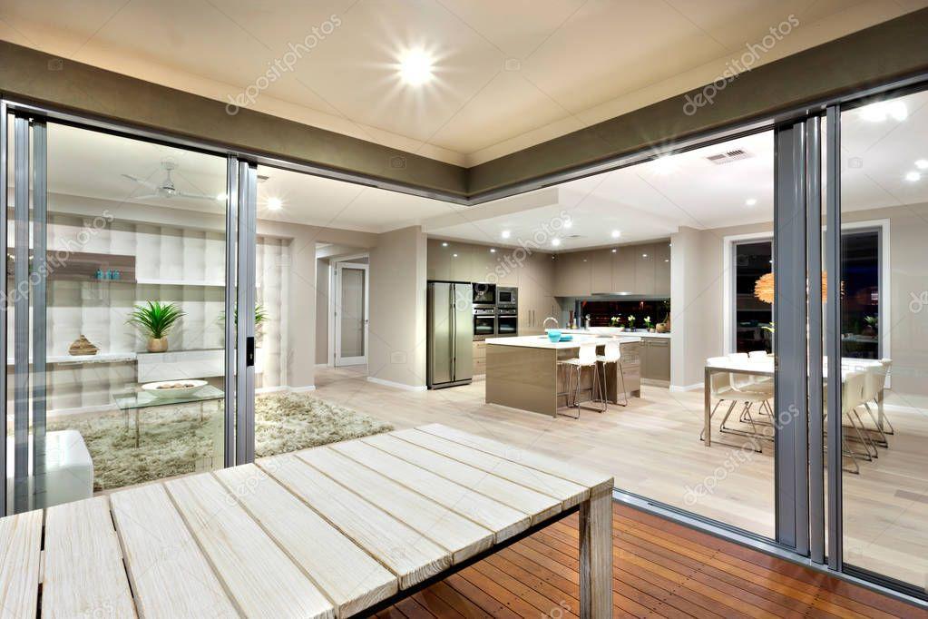 Vista interna di una moderna casa luci acceso con tavolo in legno