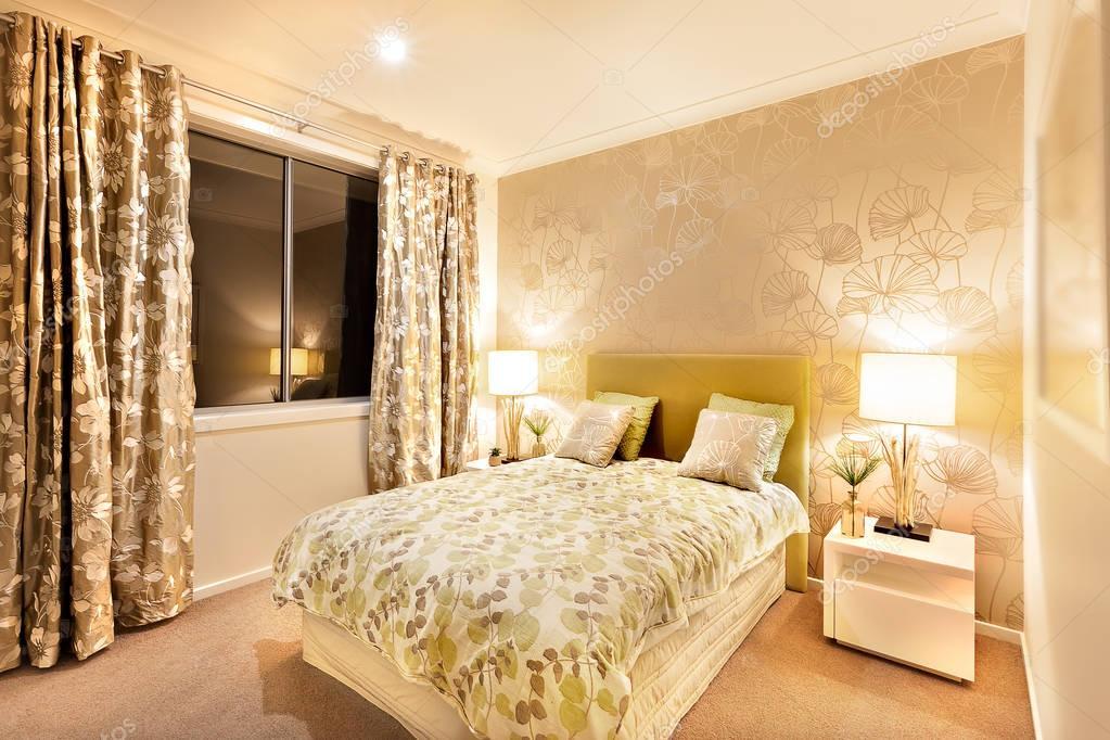 Tavoli Per Camere Da Letto : Camera da letto moderna con letto king size illuminato da lampade