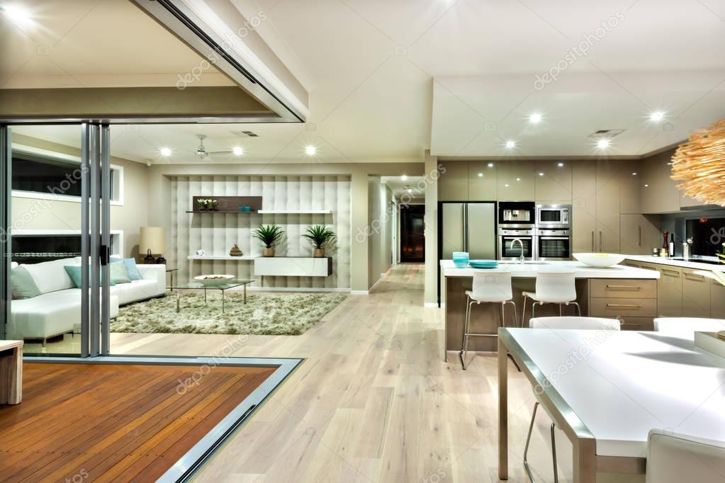 Panorama interno casa moderna con la cucina e il soggiorno — Foto ...