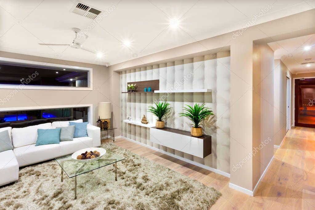 Interno del salone in una casa lussuosa con luci accese u foto