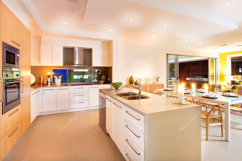 Plafoniera Per Sala Da Pranzo : Cucina e sala da pranzo illuminata flashi plafoniere u foto