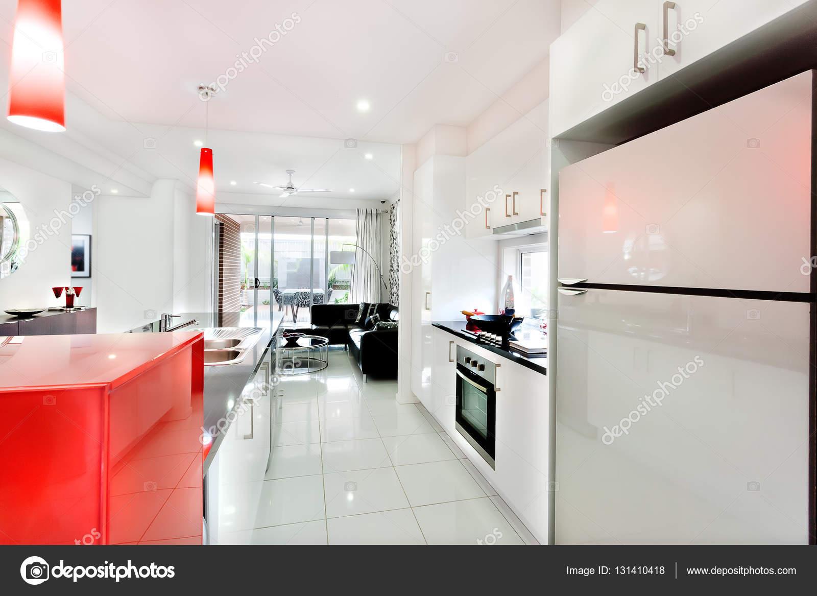 Intérieur d\'une maison de luxe avec la cuisine à côté de la ...