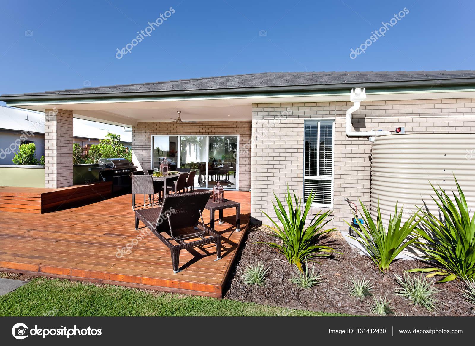 Entrée extérieure et la façade en bois d\'une maison moderne avec o ...