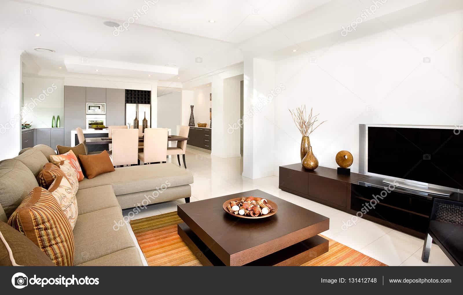 Luxe woonkamer met een keuken ernaast in de moderne ho — Stockfoto ...