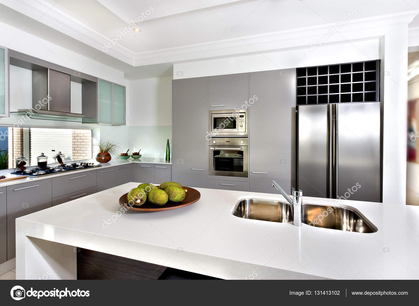 Cozinha Moderna Na Casa Luxuosa Fotografias De Stock Jrstock1