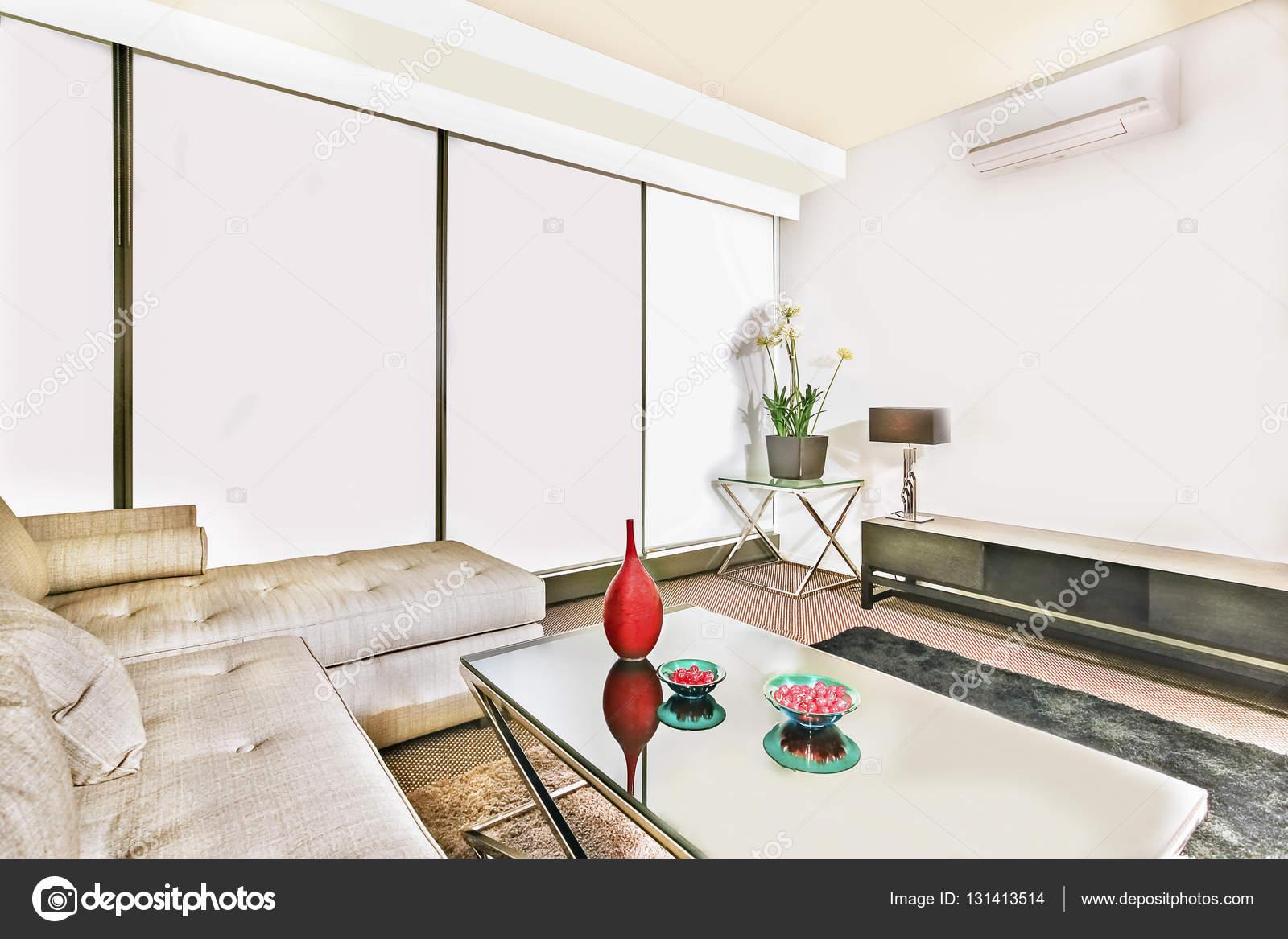 Mooie Moderne Slaapbank.Kamer Met Moderne Faciliteiten En Slaapbank In De Buurt Van Tabel