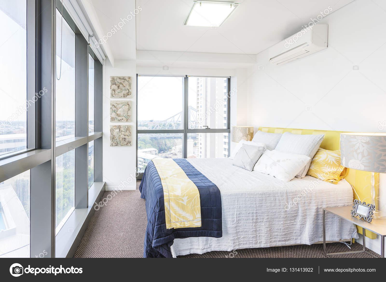 Elegante camera da letto con disegni astratti e luce solare ...