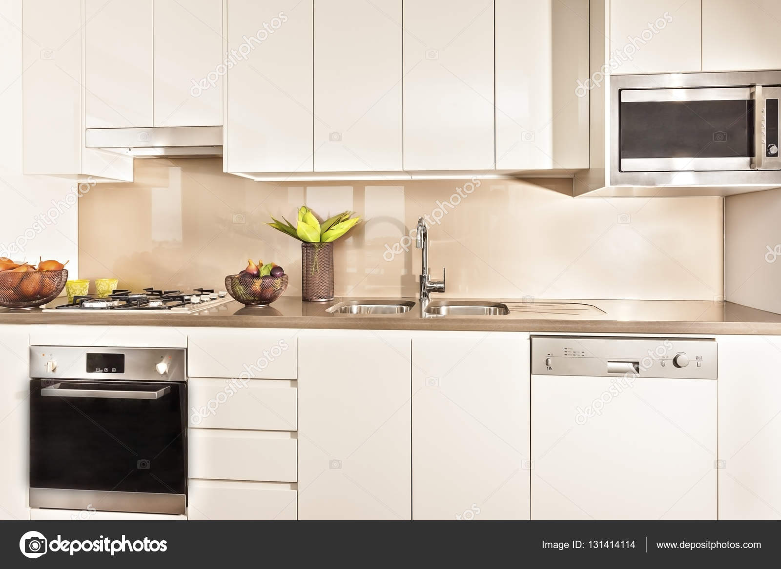 Küche Interieur und Tools mit Lichtern beleuchtet — Stockfoto ...